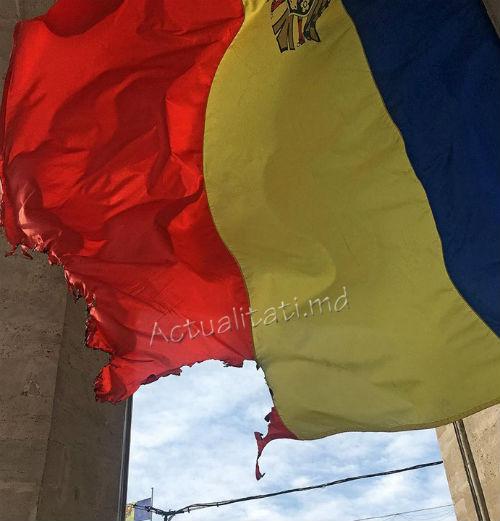 В центре Кишинева неизвестные осквернили флаг Молдовы