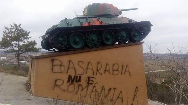 Вандалы осквернили монумент советским солдатам вМолдавии