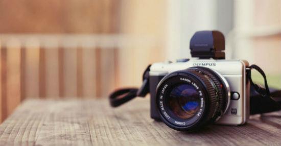 Fotoapparat-Olimpus-na-stole.jpg
